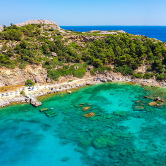Prachtig helderblauw water in Ladiko, Rhodos