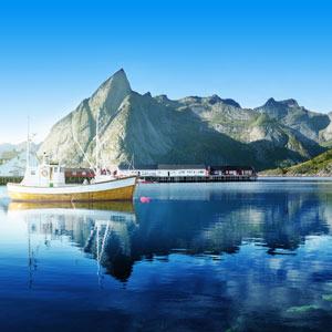 De Lofoten eilanden in Noorwegen met een bootje, zee en bergen