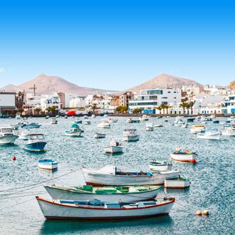 De haven met bootjes in het water, in Lanzarote.