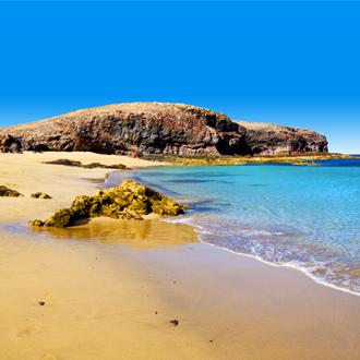 Een grote rots in een baai op Lanzarote.