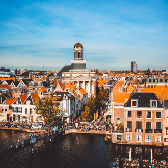 Huizen met oranje daken in Leiden in de provincie Zuid Holland, Nederland