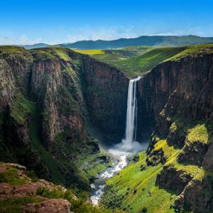 Een waterval tussen de bergen in Lesotho, Zuid-Afrika
