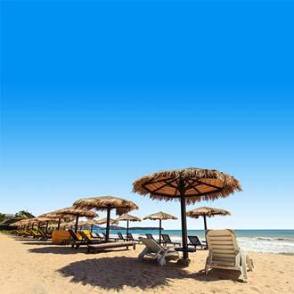 Lekker zonnen op het strand met vele ligbedjes bij Patong Beach Thailand
