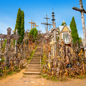 De heuvel met kruizen in de stad Šiauliai
