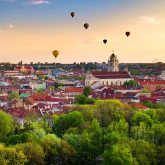 Uitzicht over de stad Vilnius met luchtballonnen