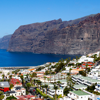 Uitzicht op Los Gigantes en huizen met gekleurde daken in Puerto Santiago, Tenerife, Spanje