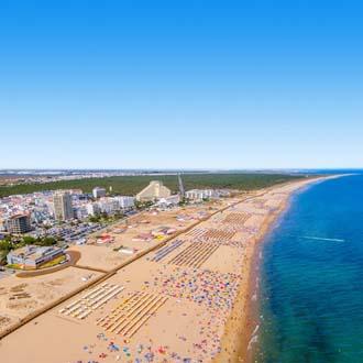 Luchtfoto kustlijn met strand en zee in Monte Gordo, Portugal