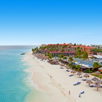 Luchtfoto van Druif Beach met mooi strand en zee op Aruba