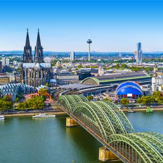 Luchtfoto met brug en de dom in Keulen, Duitsland