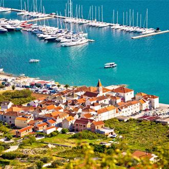 Panorama foto van Seget Donji, met kristalblauwe zee en groen landschap