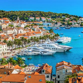 Luchtfoto van Hvar stad met luxe jachten in de haven, Kroatië