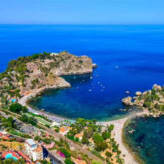 Luchtfoto van Isola Bella strand in Sicilië, Italië
