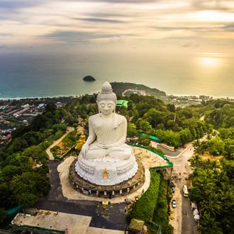 Luchtfoto van Phra Yai tempel Nak kad Phuket, Thailand