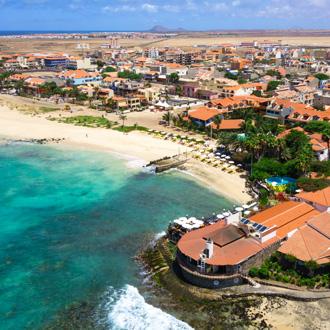 Luchtfoto van Santa Maria strand op Kaapverdie