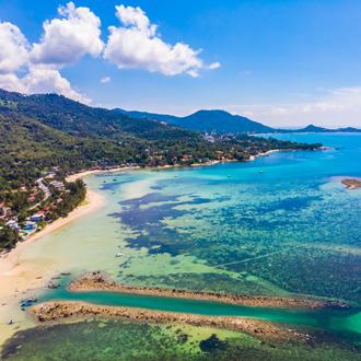 Luchtfoto van Tropisch strand en zee op Koh Samui, Thailand