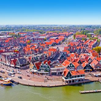 Luchtfoto-van-de-haven-en-huisjes-in-Volendam-Nederland