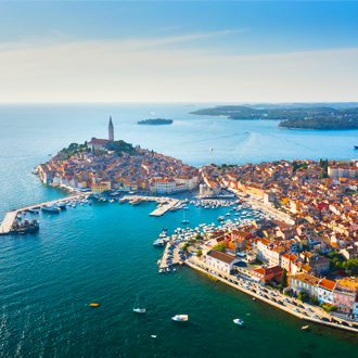 Luchtfoto van de haven van Rovinj bij zonsopkomst, Istrië, Kroatië