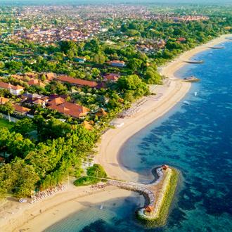 Luchtfoto van het beroemde strand van Sanur met de prachtige zee in Bali Indonesie