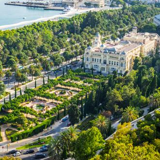 Luchtfoto van het stadhuis en de tuinen in Malaga, Spanje