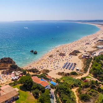 Luchtfoto van het strand van Prainha en Tres Irmaos, Portugal