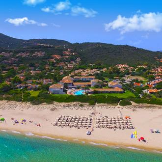 Luchtzicht-van-strand-van-Costa-Rei-in-Zuid-Sardinie-Italy
