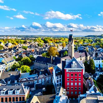 Bovenuitzicht op de stad Maastricht in Limburg, met gebouwen in Nederland
