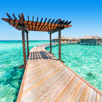 Houten steiger met watervilla's op de Malediven