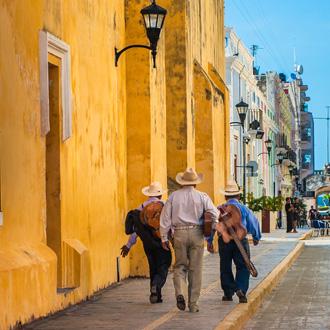 Mannen met sombrero's en guitaren in Mexico