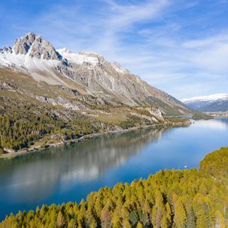 Mooi meer in de bergen met witte bergtoppen.