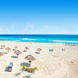 Wit zandstrand in de Mexicaanse stad Cancun