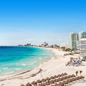 De zee en het strand in Cancun