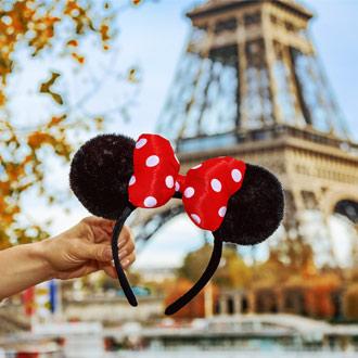 Minnie Mouse oren voor de Eiffeltoren in Parijs, Frankrijk