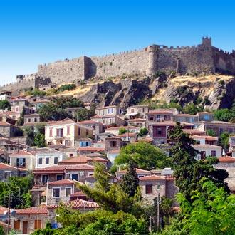 Stad met stadsmuren in Molyvos op Lesbos