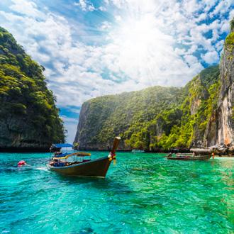 Mooi landschap met traditionele boot in Losama-baai, Thailand