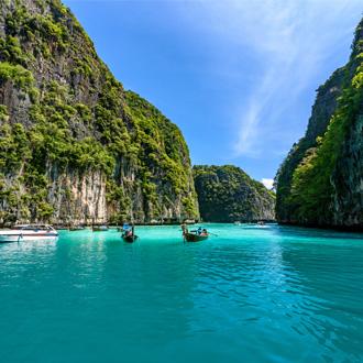 Mooi glashelder water bij Pileh baai, dichtbij Phuket, Thiailand