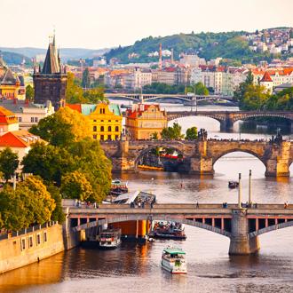 Mooi uitzicht op de Moldau en bruggen in Praag, Tsjechie