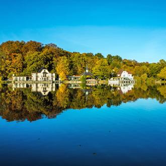 Een meer met een bos in Belgie
