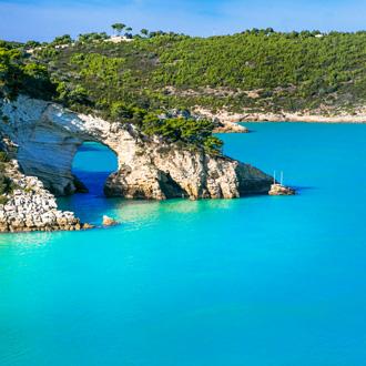 Natuurpark Gargano met turquoise blauwe zee, Puglia, Italy
