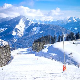 Besneeuwde piste met bergen in Kaprun, Oostenrijk