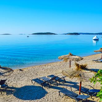 Zandstrand van Orebic Beach met uitzicht op helderblauw water op Peljesac in Kroatie
