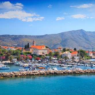 Berglandschap en de haven van Orebic op Peljesac in de regio Zuid Dalmatie