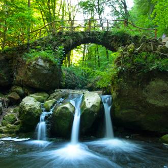 Oude brug en waterval in Luxemburg