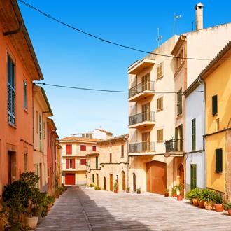 De oude stad van Alcudia met vele gekleurde huizen op Mallorca