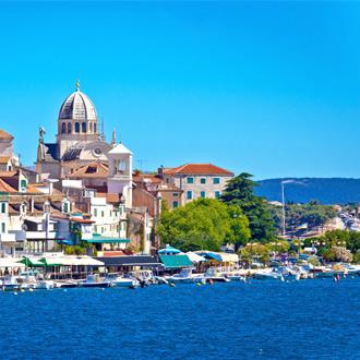 Foto van de stad Sibenik met Kathedraal, huizen en de kustlijn