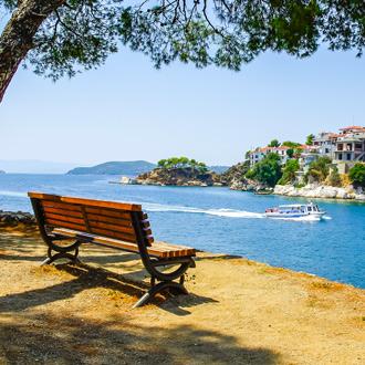 Uitzicht op de zee en huisjes in Skiathos