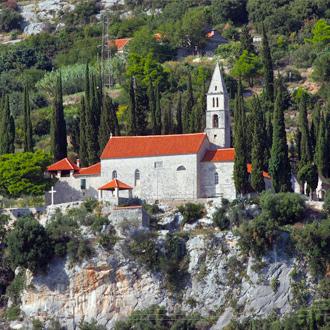 Een klooster met oranje daken in Orebic gelegen in Zuid Dalmatie