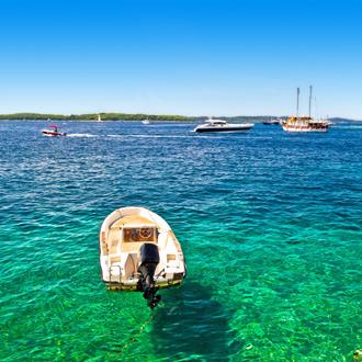Bootje in zee bij de Paklinsky eilanden bij Hvar