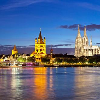 Panorama van Keulen en de Rijn in de nacht