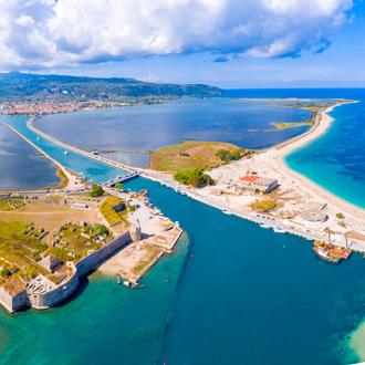Panoramisch uitzicht over het eiland Lefkas met de drijvende brug