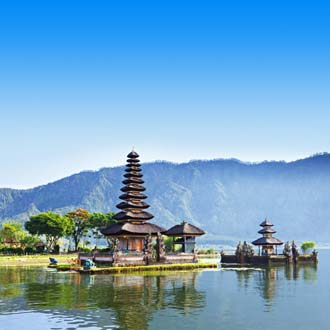 Pura Ulun Danu Bratan tempel in het kratermeer op Bali Indonesie